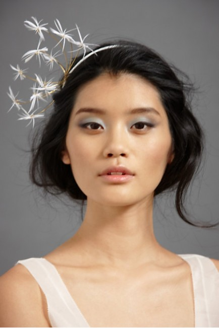 feathered-bold-hair-accessory-for-new-years-eve