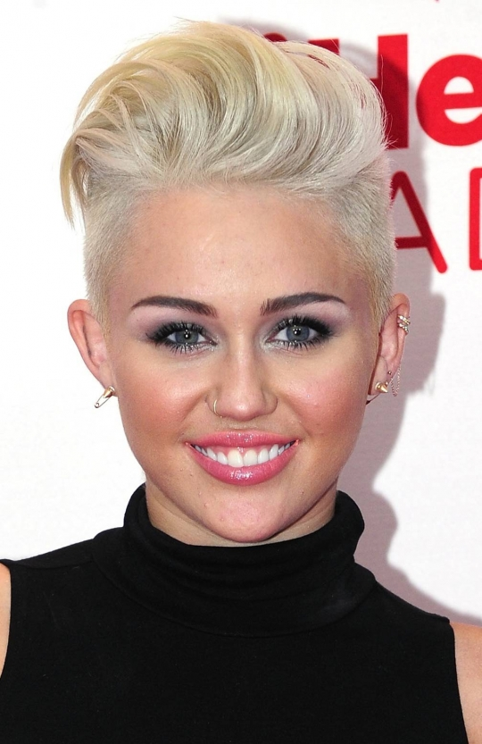 miley-cyrus-edgy-look-shaved-sides-short-hair
