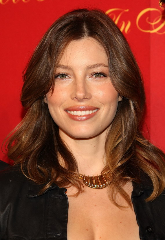 jessica-beil-wavy-hairstyle-center-part-for-fine-hair