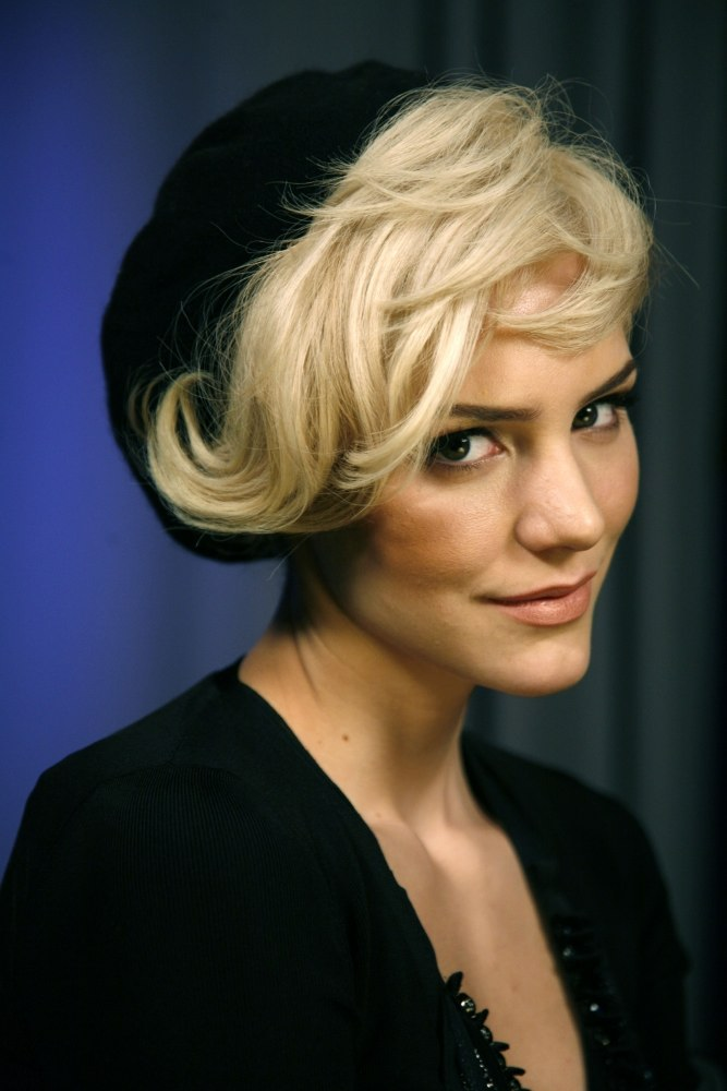 short-retro-waves-textured-hairstyle-for-women