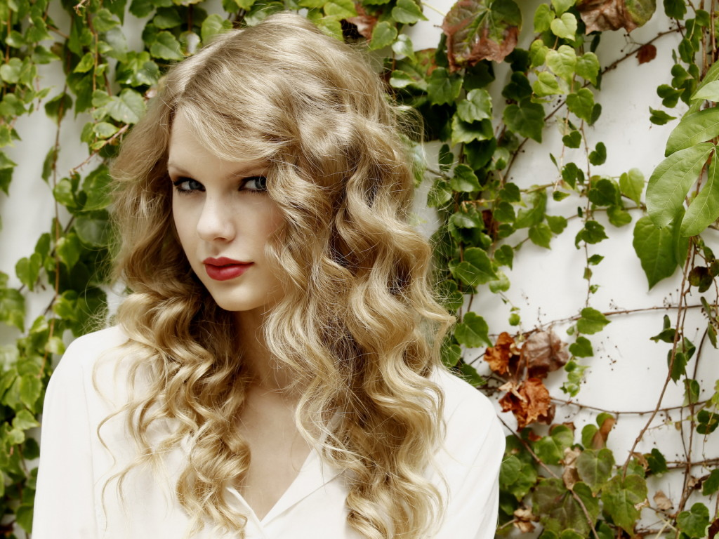 Taylor Swift messy curls